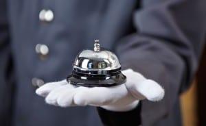Réceptionniste avec une sonnette en main