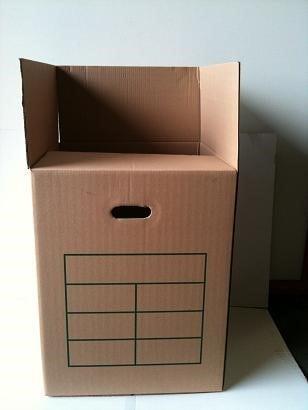 Carton de déménagement avec des poignées découpées