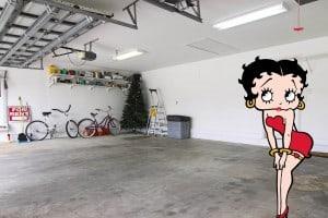 Betty Boop dans un garage